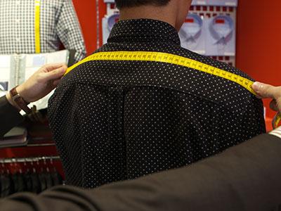 胸囲、胴囲、肩幅、袖丈などの基本採寸を行います